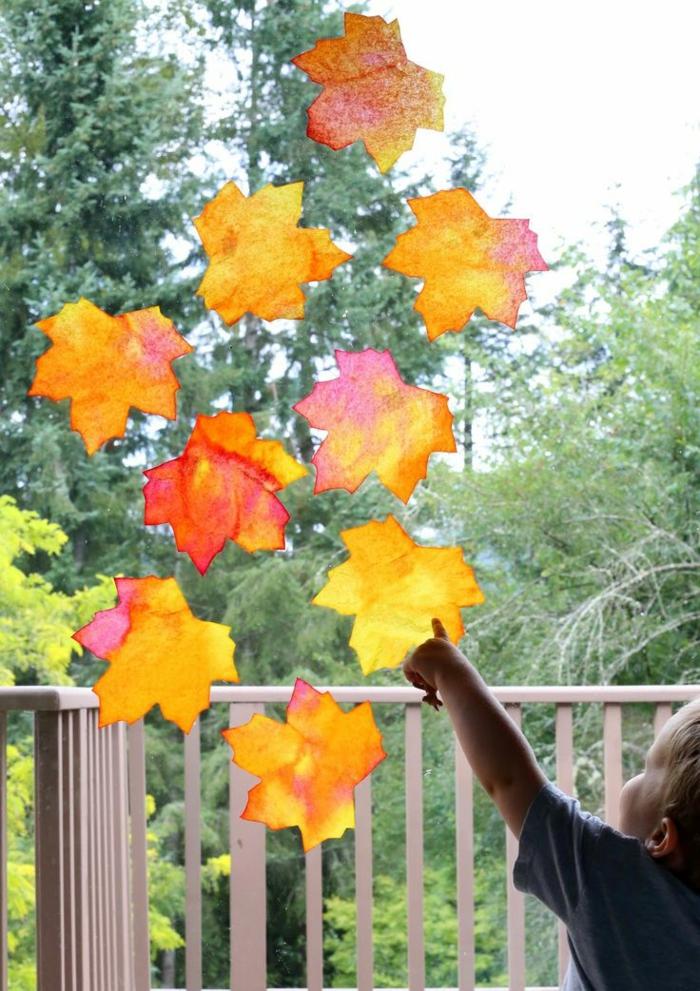 activités manuelles automne feuilles séchées sur la fenêtre