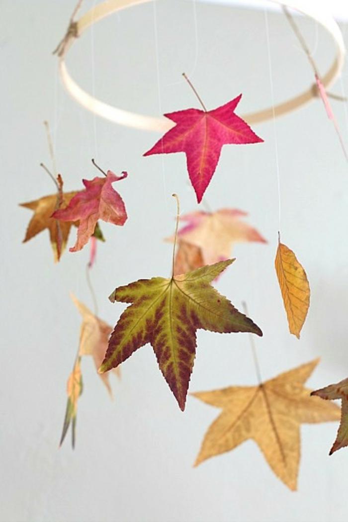 activités manuelles automne mobile avec des feuilles d'automne