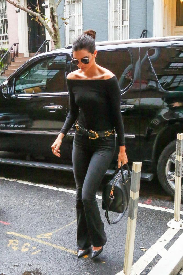 blouse noire et jean flare femme