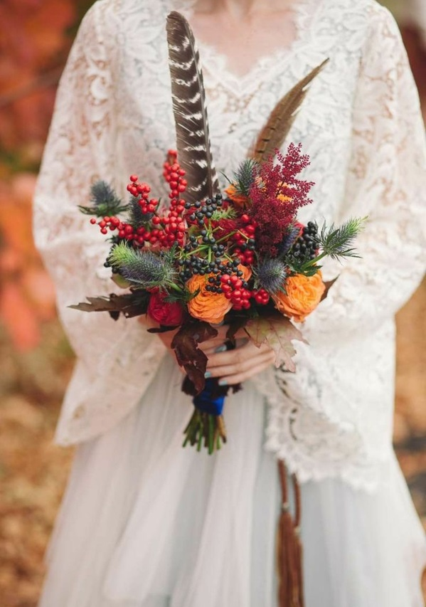 bouquet de mariée automnal chardon bleu plumes baies