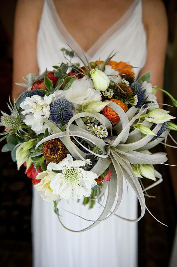 bouquet de mariée automnal chardon bleu succulentes baies