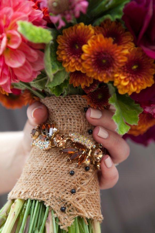 bouquet de mariée automnal chrysanthèmes porte-bouquet en toile de jute