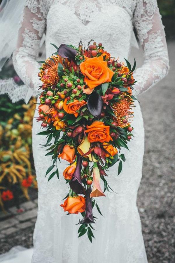 bouquet de mariée automnal en cascade roses oranges lis de calla