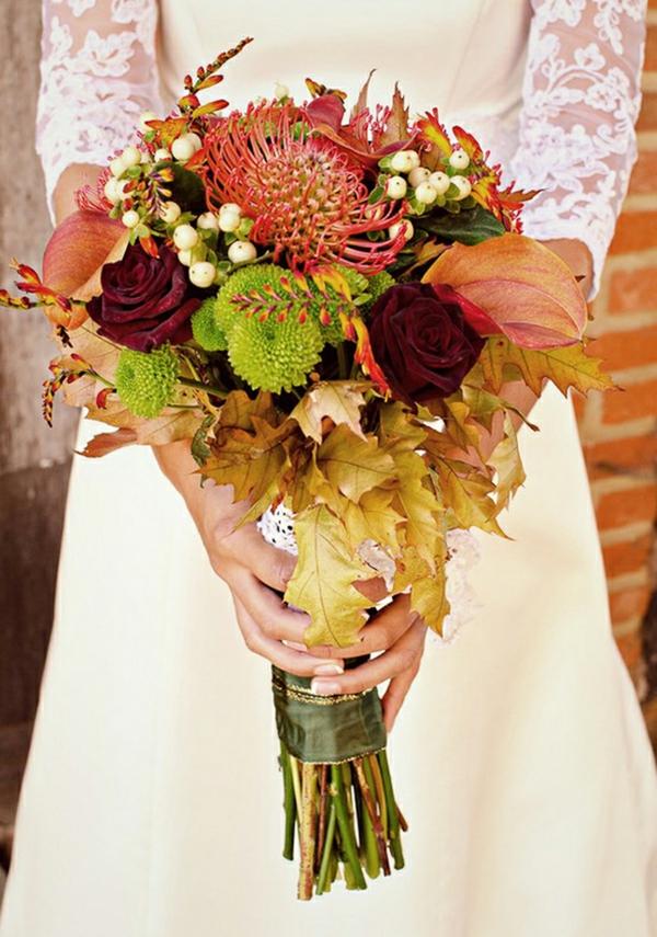 bouquet de mariée automnal protea baies feuilles roses