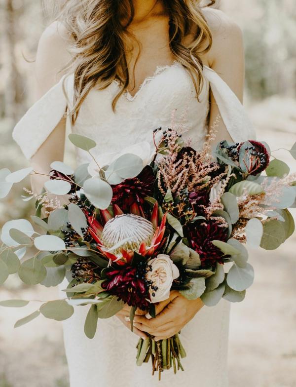 bouquet de mariée automnal protea eucalyptus baies