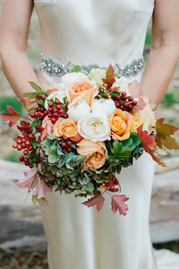 bouquet de mariée automnal roses baies verdure