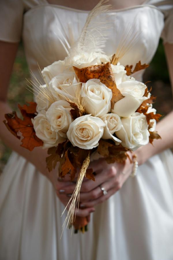 bouquet de mariée automnal roses blanches feuilles d'automne