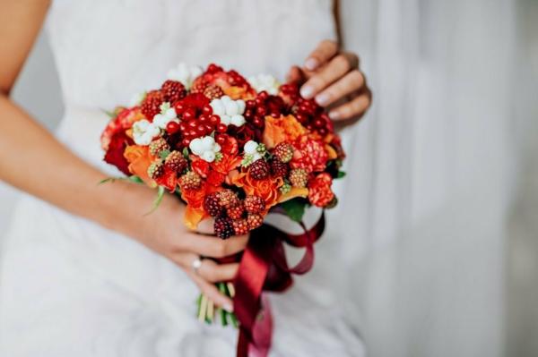 bouquet de mariée automnal roses et baies