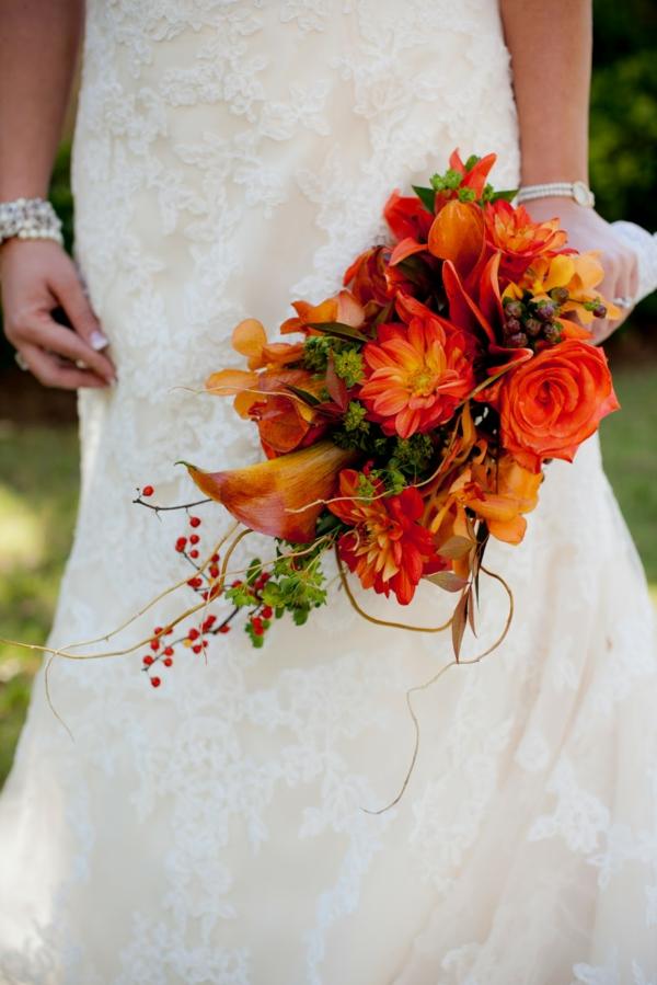 bouquet de mariée automnal roses lis de calla baies