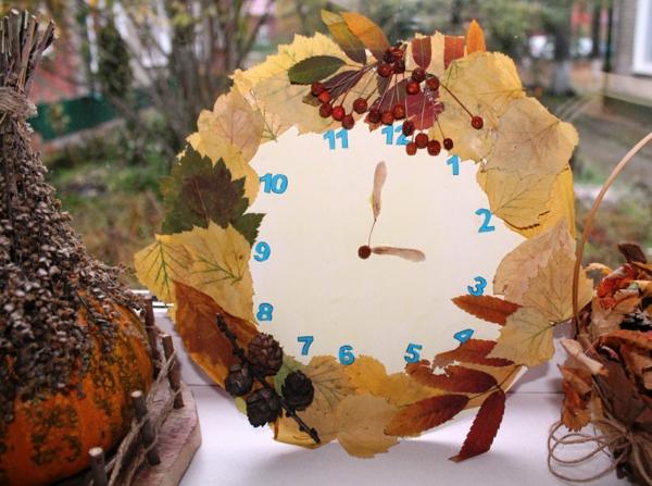 bricolage automne horloge en papier et feuilles d'automne
