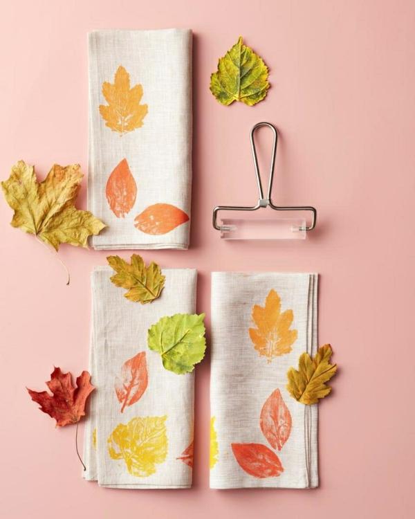 bricolage automne serviettes de table décorées avec des feuilles