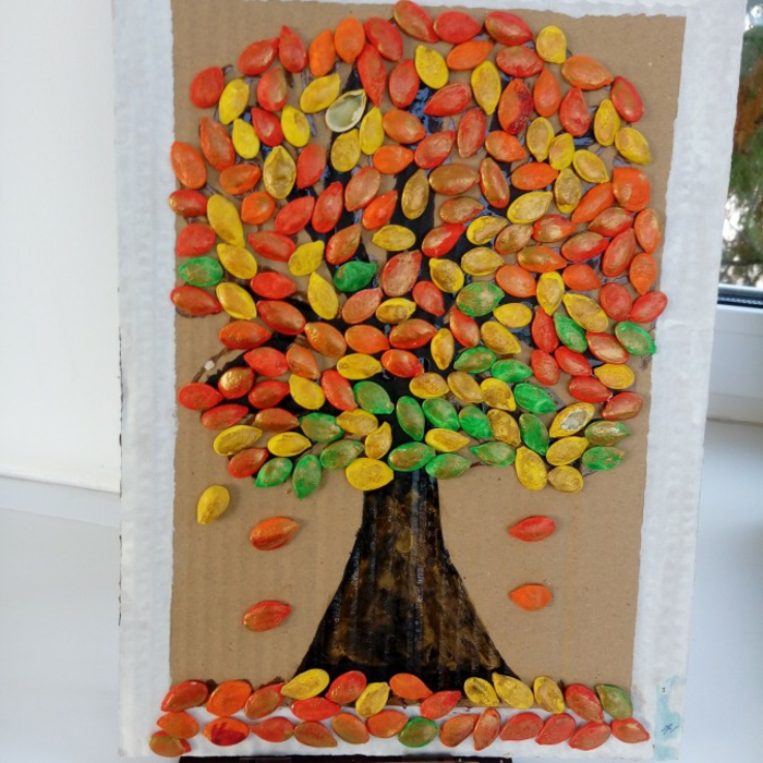 déco avec des graines de citrouille colorées activités manuelles automne