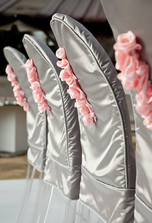 déco mariage housses de chaises gris avec roses