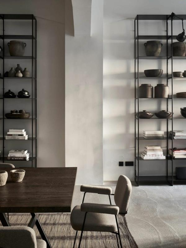 déco salon minimaliste 2020 étagères en métal table industrielle sol en béton