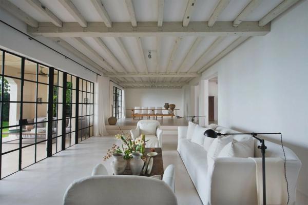 déco salon minimaliste 2020 canapés blancs poutres apparentes tables en bois