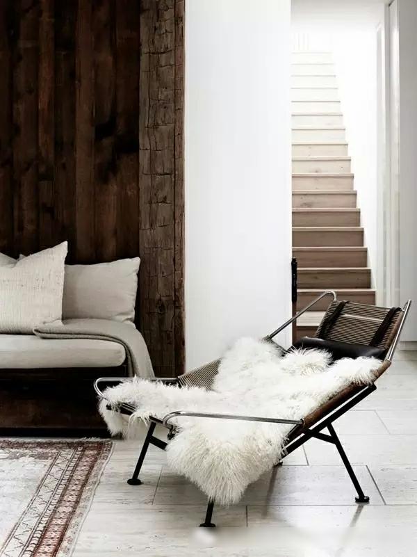 déco salon minimaliste 2020 chaise métallique fausse fourrure dalles en béton