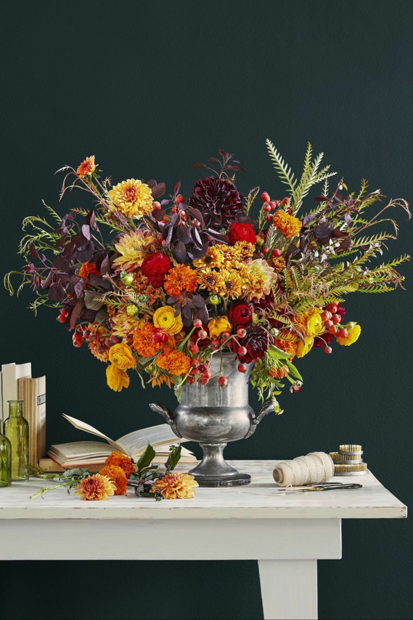 décoration florale automnale baies d'églantier renoncules dahlias