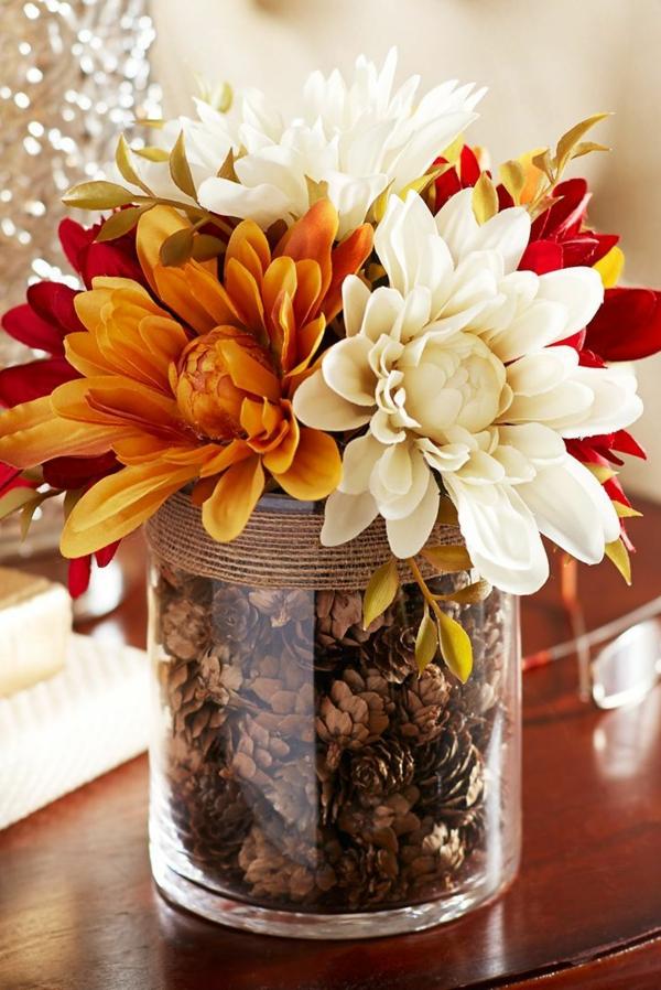 décoration florale automnale chrysanthèmes et pommes de pin