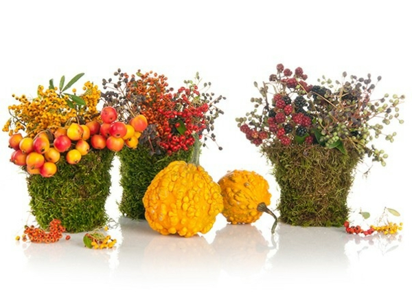 décoration florale automnale citrouilles baies mousse