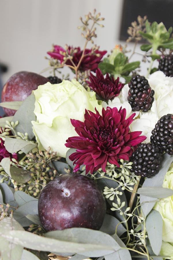 décoration florale automnale mûres chrysanthèmes