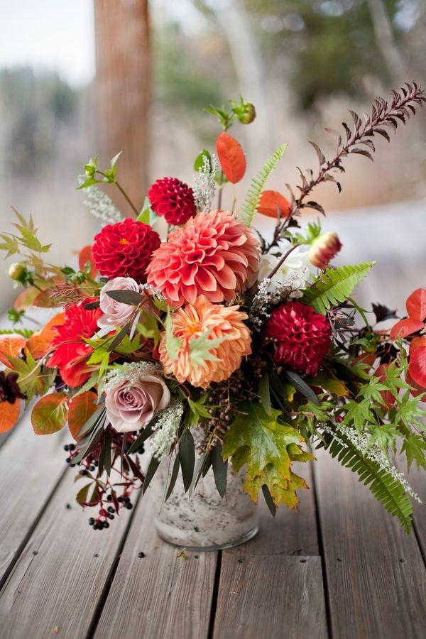 décoration florale automnale roses feuilles chrysanthèmes