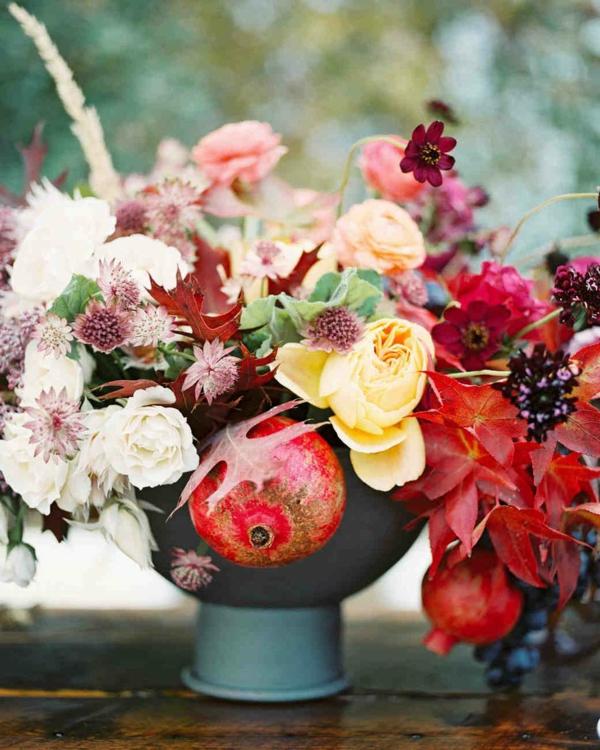 décoration florale automne grenades roses herbes
