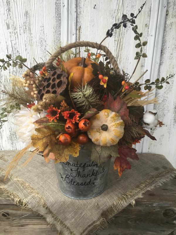 décoration florale automne nèfles mini-citrouilles fleurs