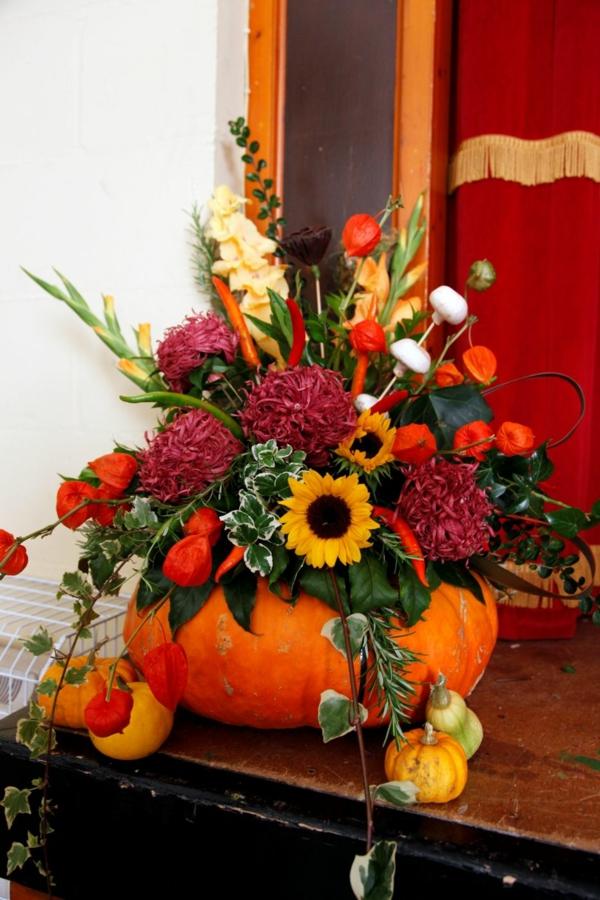 décoration florale automne physalis piment chaud champignons fleurs citrouille