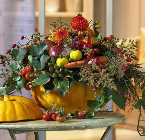 décoration florale automne pommes baies d'églantier carrottes fleurs