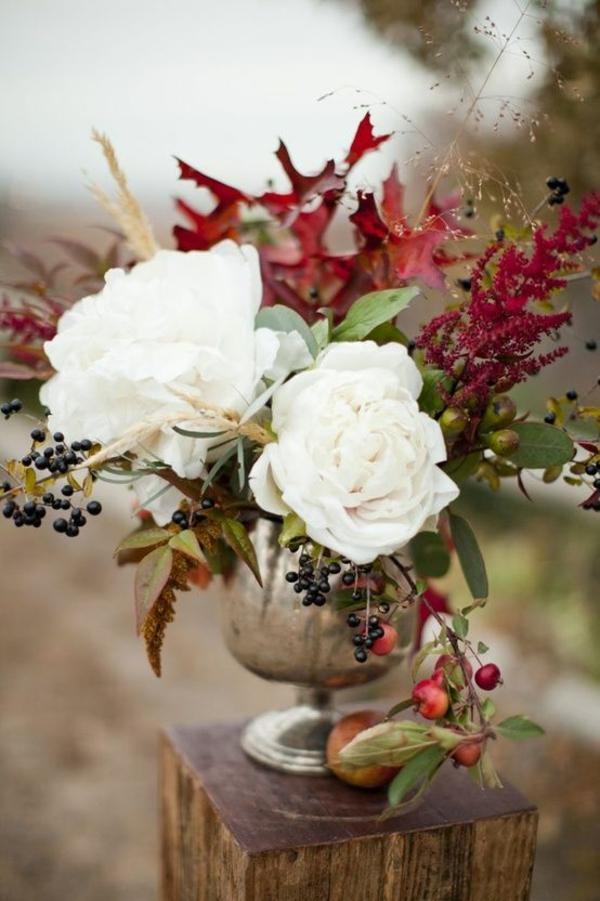 décoration florale d'automne baies roses blanches extérieur