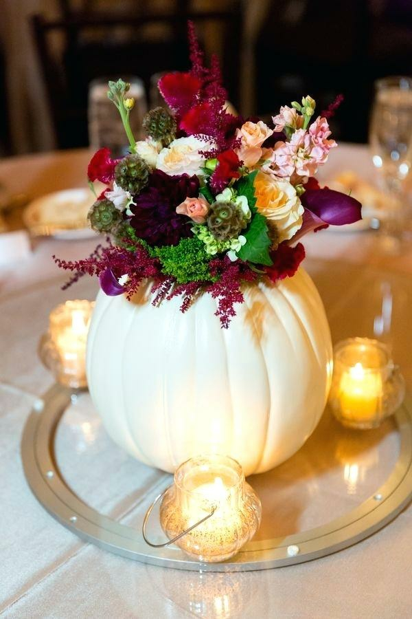 décoration florale d'automne citrouille blanche bougies fleurs