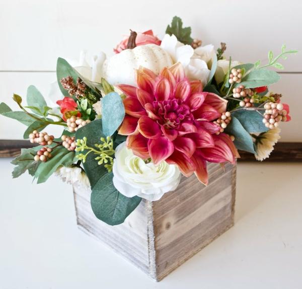décoration florale d'automne dahlias et feuilles d'eucalyptus