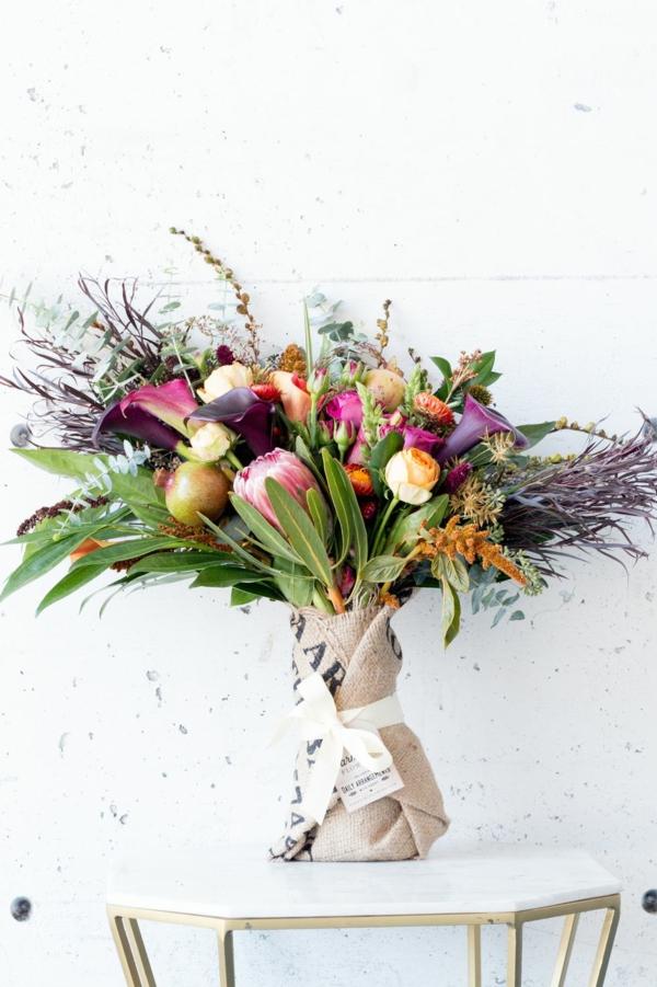 décoration florale d'automne roses herbes lis de callas