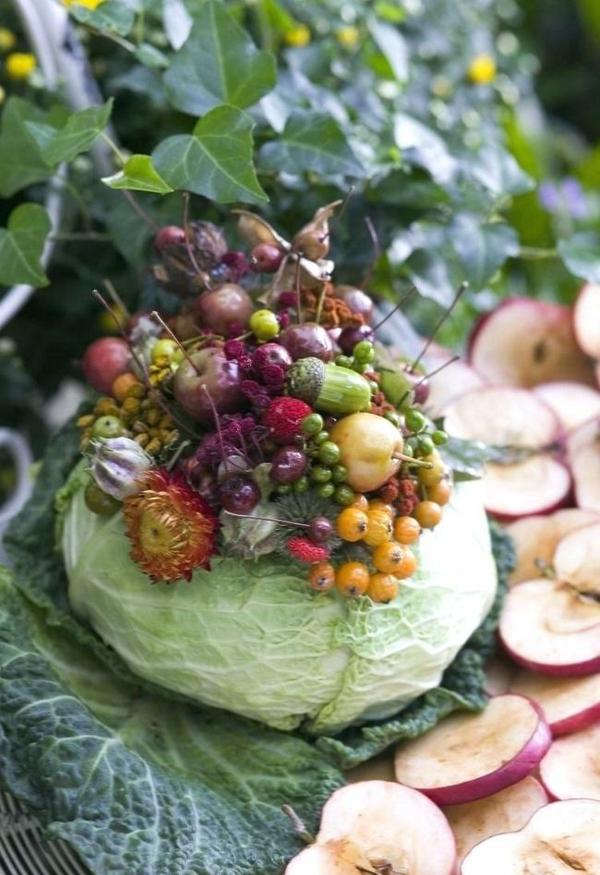 décoration florale d'automne tête de chou glands baies