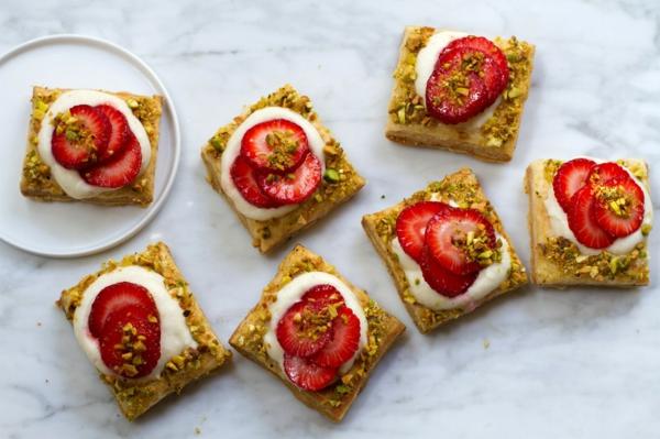 feuilleté apéro à la crème blanche aux arachides et aux fraises