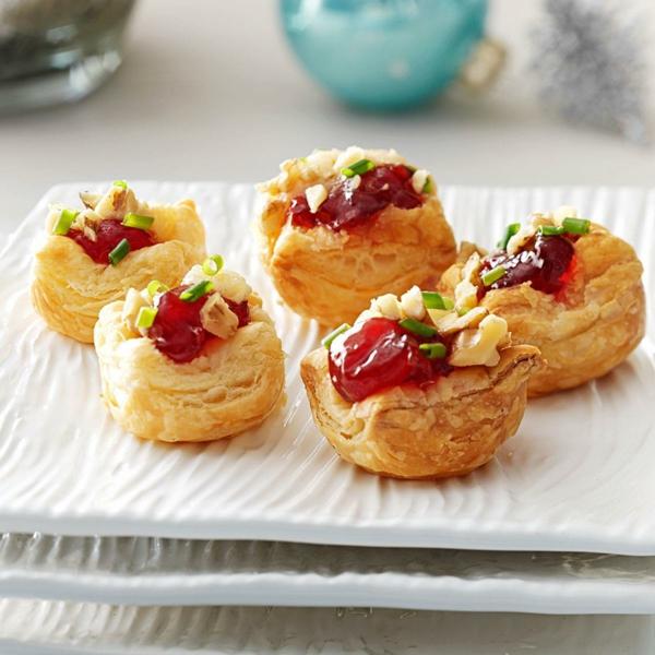 feuilleté apéro dessert au brie crémeux et à la confiture de cerises