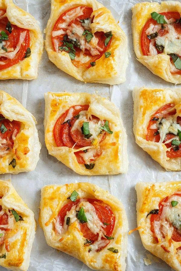 feuilleté apéro mini pizza au pepperoni basilic et tomate
