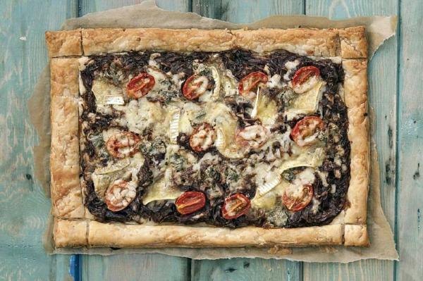 feuilleté apéro tarte aux oignons caramélisés tomates thym combinaison de fromages