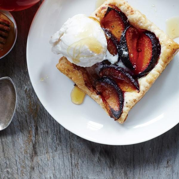 feuilleté apéro tartes aux prunes miel et poivre noir