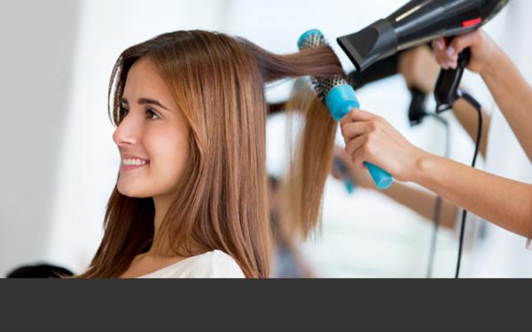 style cheveux brosse et séchoir