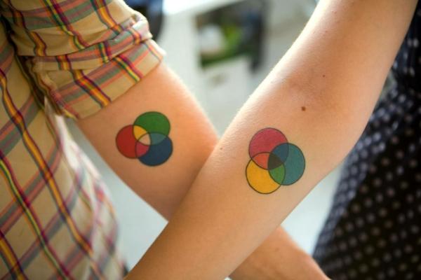 tatouage complémentaire cercles colorés couple