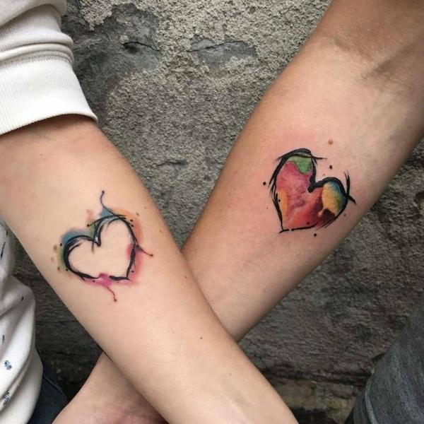 tatouage complémentaire coeurs stylisés pour couple