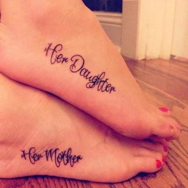 tatouage complémentaire inscription sur le pied mère et fille