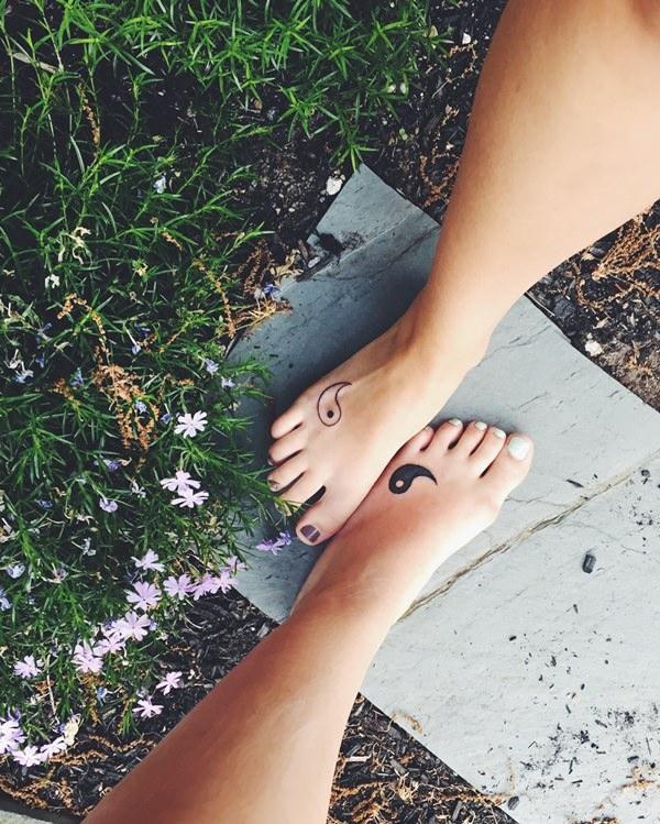 tatouage complémentaire pour meilleures amies yin et yang sur le pied