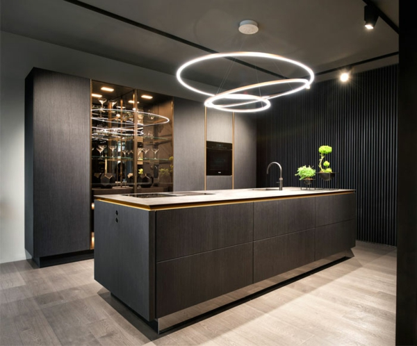 tendances cuisine 2020 éclairage led mobilier en bois couleur noir mat éléments or et argent