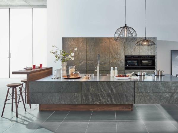 tendances cuisine 2020 îlot central en pierre avec filaments dorés éclairage industriel tabourets de bar