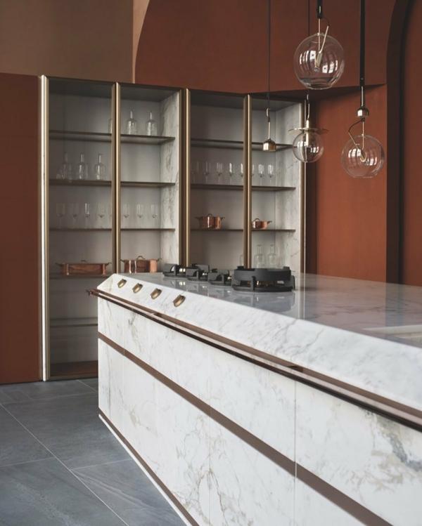 tendances cuisine 2020 îlot central marbre armoires de cuisine encastrées murs brun ocre