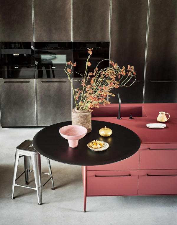 tendances cuisine 2020 îlot pastel mat table ronde noire tabouret industriel