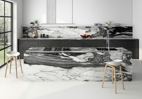 tendances cuisine 2020 comptoir mabre noir et blanc chaises hautes