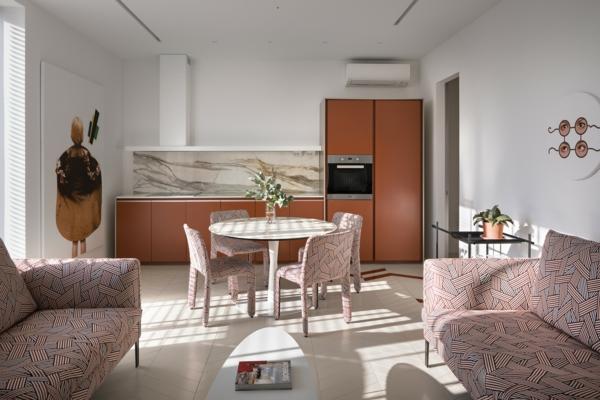 tendances cuisine 2020 crédence marbre armoires couleur terre cuite canapés et chaises graphiques